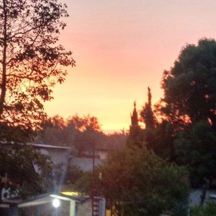 El día se dibuja de rojo. Vía @javi_tor por la imagen de esta mañana ya se empieza a dibijar el día