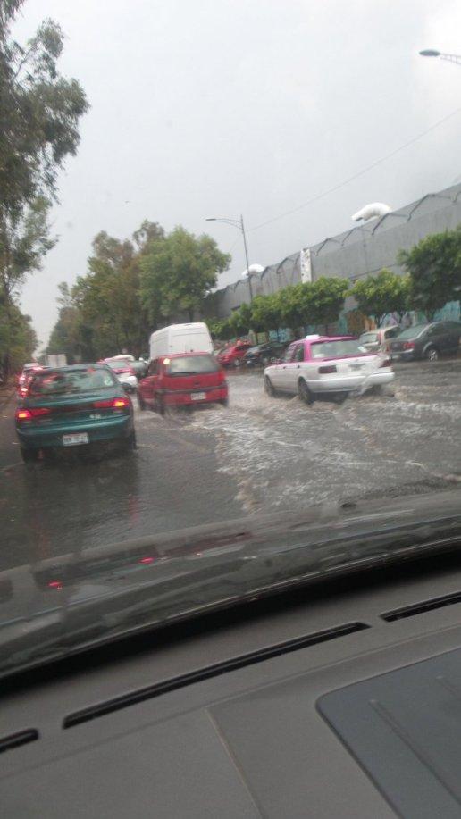 Encharcamiento Taxqueña y Eje 3 Ote., vía @HugoMoralesG