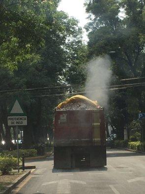 Lunes 15 de mayo Asi manejan los camiones en Polanco via @teteramirezp