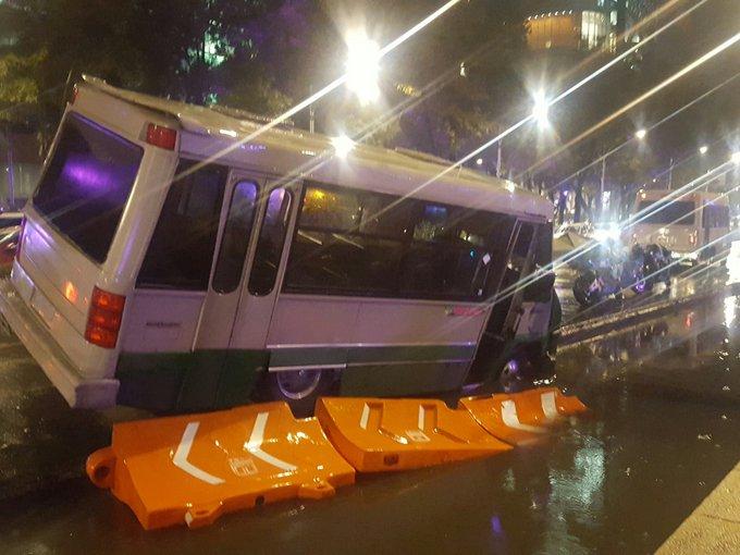 Cerrado Reforma de la Diana al poniente. Por Microbus q cae en obra del metrobus. foto @Luisvc8