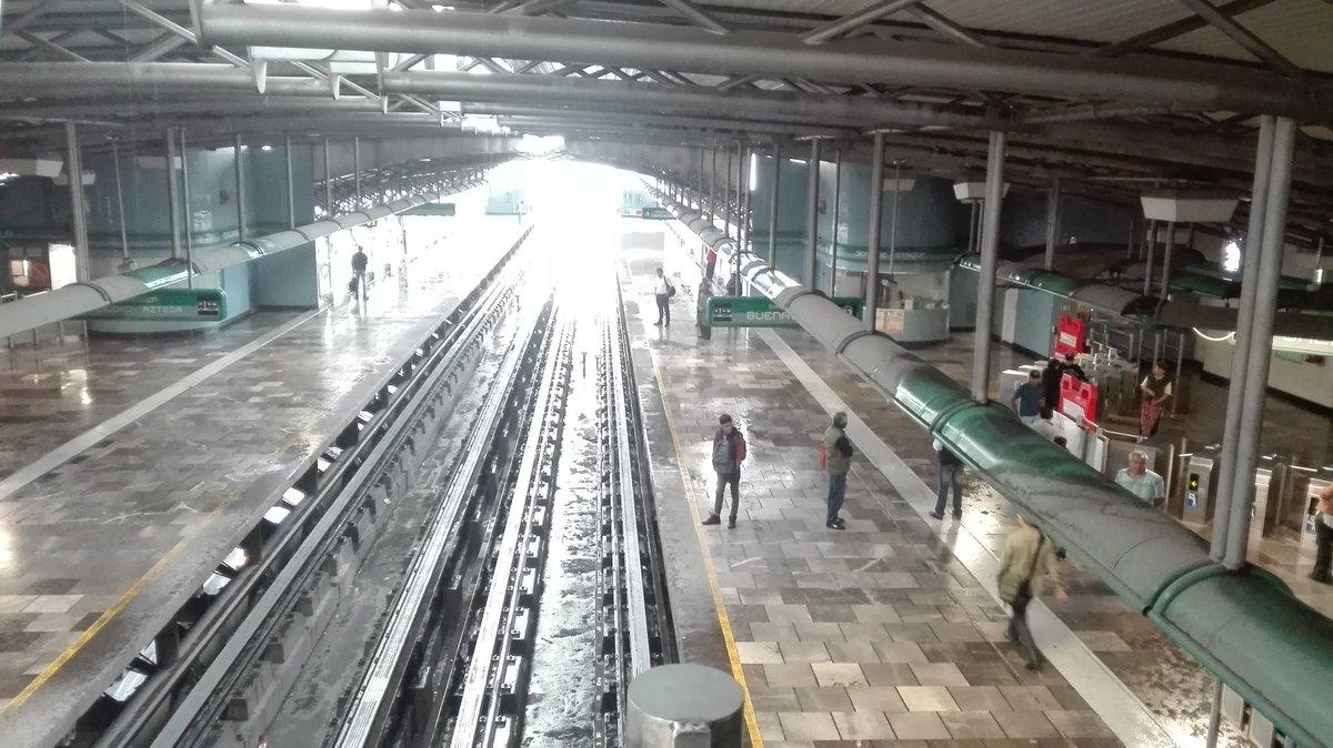 En el metro también llueve Dentro de estaciones d línea B también llueve dentro @MetroCDMX saque su paraguas!!! No se Moje, vía @das_vwdemexico