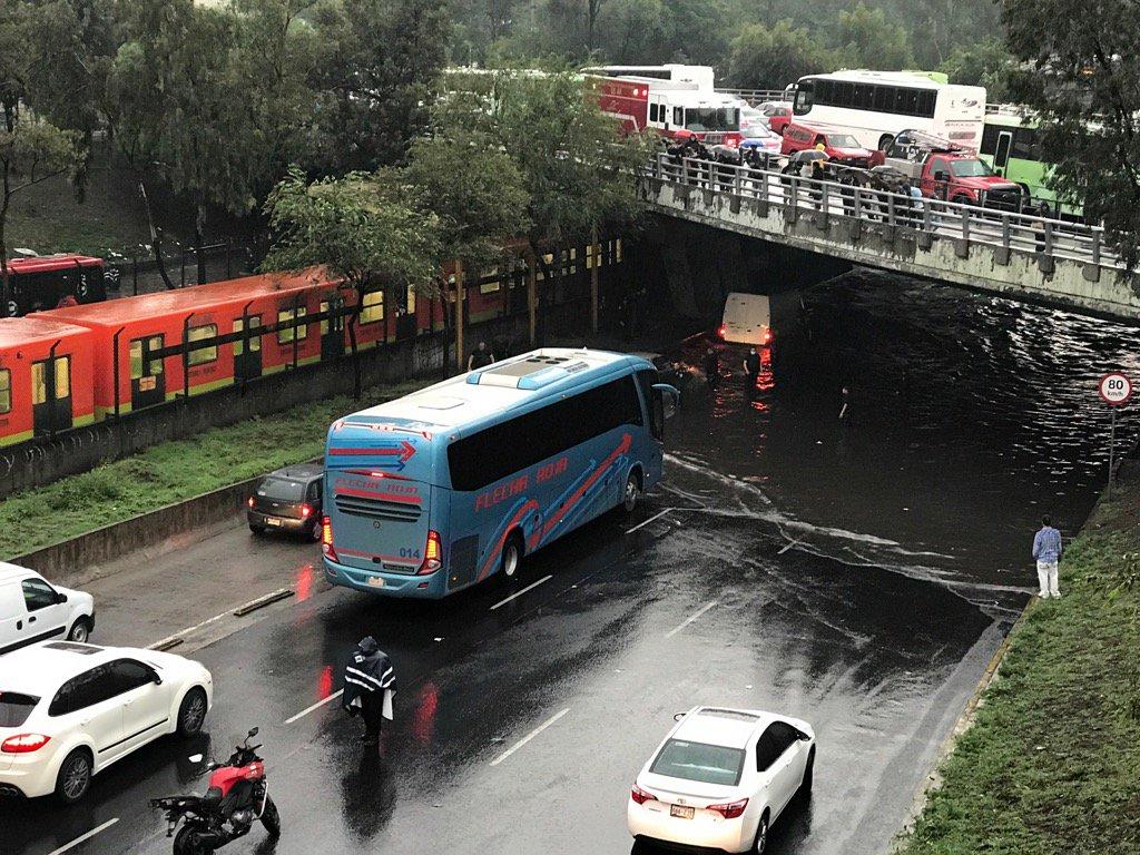 gue inundado Insurgentes al sur y Ticoman provocando caos vial Autopista Pachuca México, vía @noticimexico.