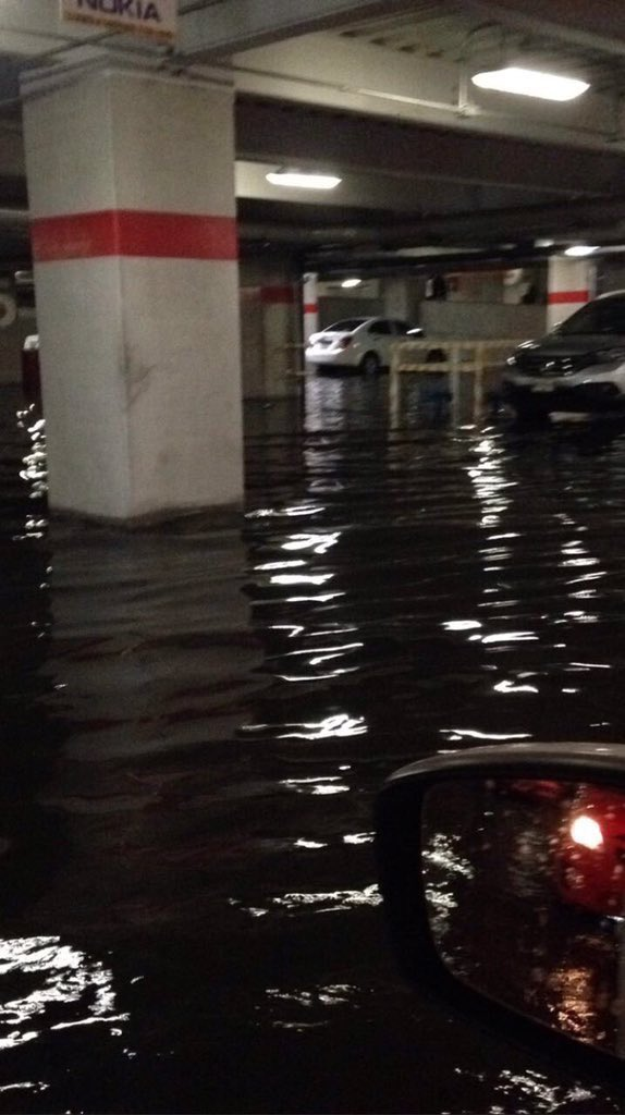 Zona Granadas en emergencia de inundaciones. En la foto, estacionamiento de Plaza Carso #vía @Ampl_Granada