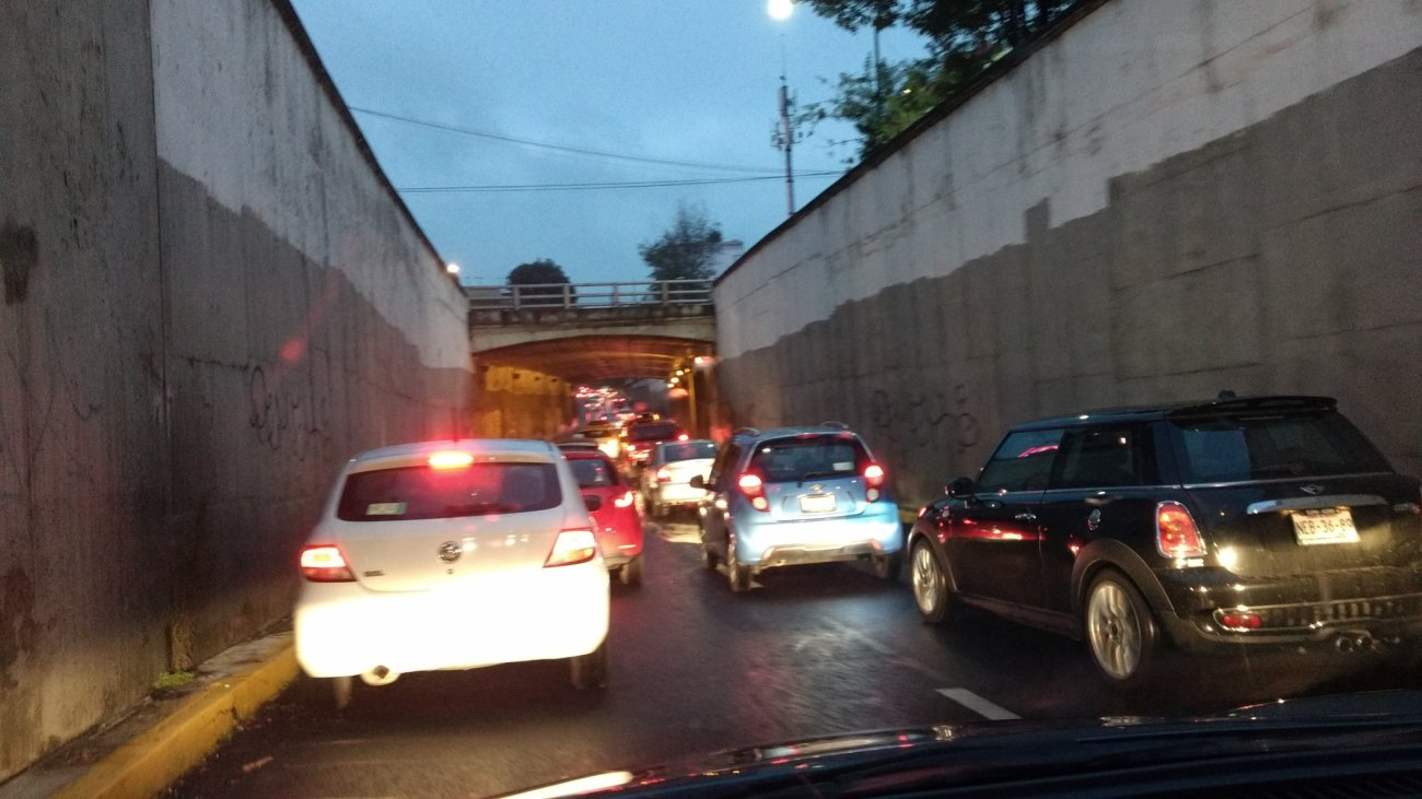 Encharcamiento en el paso a desnivel de Santiago y Tlalpan Vía @Im_Rubicel