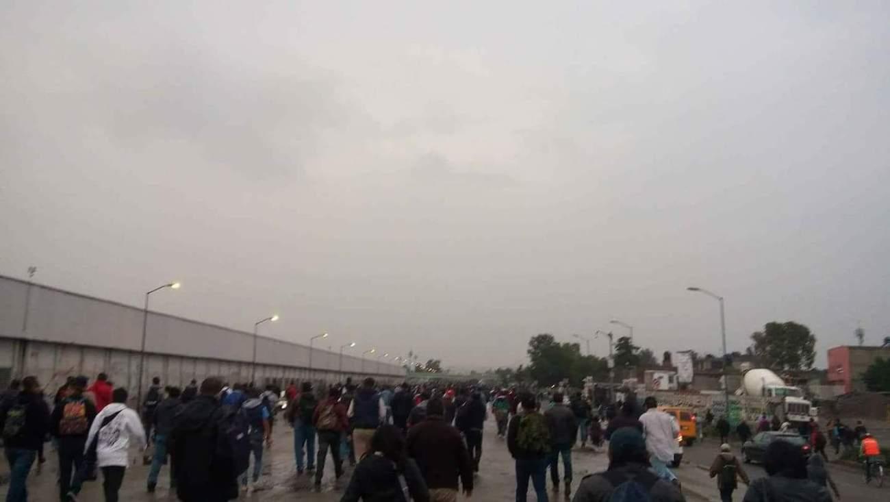 Usuarios del Metro estación Pantitlan desalojan las instalaciones y caminan hacia su destino. Vía @Alexcortesp86