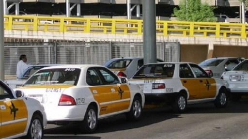 MEXICO D.F. 08ENERO2009.- El dia de hoy se autorizaron permisos a nuevos prestadores del servicio de taxis en el Aeropuerto Internacional de la Ciudad de Mexico (AICM). Nueva Imagen es una nueva empresa que ofrecera el servicio con 300 unidades, Portotaxi con 105 unidades, Sitio 300 cuenta con el 65 por ciento del servicio con 737 unidades. En promedio se realizan seis mil 300 servicios de taxi por dia. FOTO: RODOLFO ANGULO/CUARTOSCURO.COM