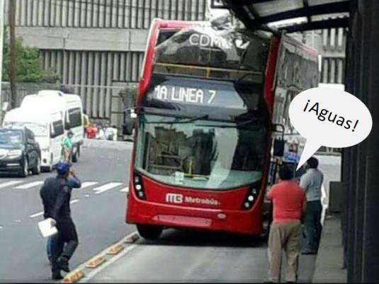 Agosto meme -Viralizan choque de Metrobús doble piso_