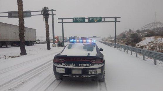 Acumulación de nieve en la autopista-Puente Muerto Ojo Caliente. Coahuila. Vía @PoliciaFedMx