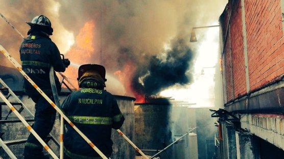 Incendio en bodega de Naucalpan. Vía @252COMS.