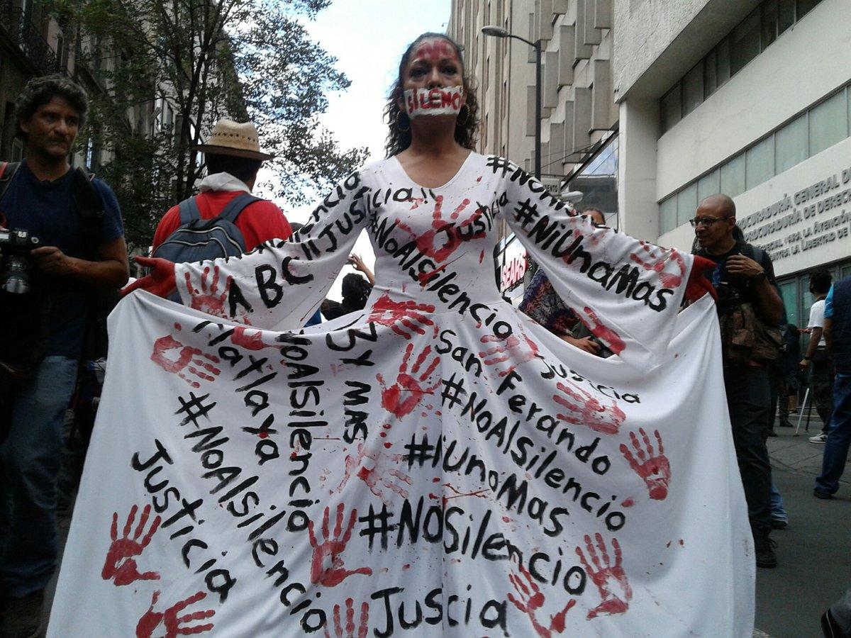 Manifestantes frente a las oficinas de la PGR Vía foro_tv