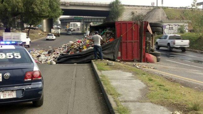 Volcadura de camión recolectoren la Mex-Qro. Vía @ComisariaIzcall