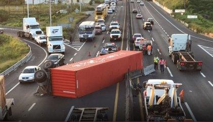 Contenedor de tráiler se desprende y afecta circulación en la autopista Veracruz-Cardel Vía @Foro_TV